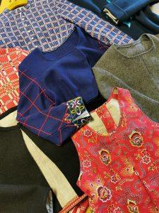 flera tröjor som ligge rpå ett bord, olika rutningar och mönster