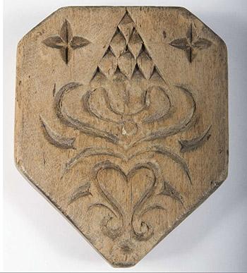 Snidad ostform från Harbo socken, Uppland. Lämnades som gåva till Hemslöjdens samlingar 1918. Numera en del av Upplandsmuseets samlingar. Foto: Upplandsmuseet.