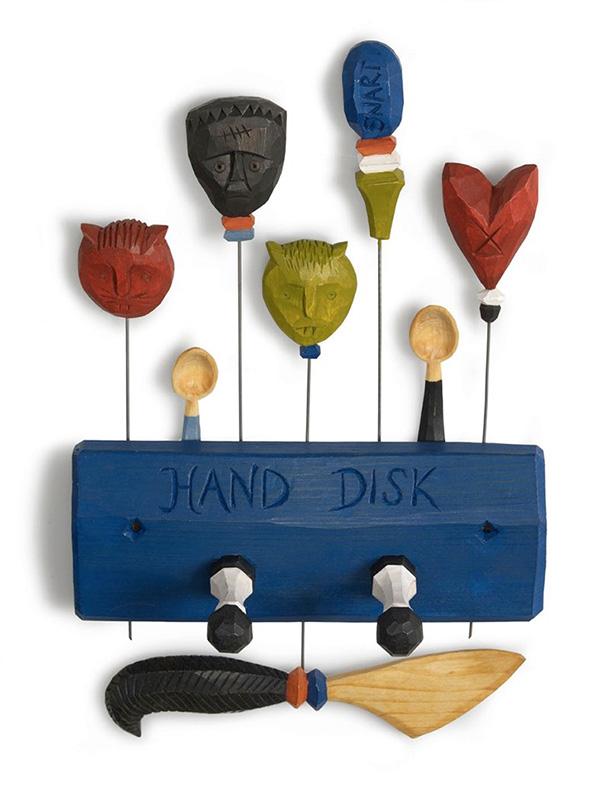 Handdukshängare, potatisstickor och en smörkniv från boken Tälj för kök och trädgård. Foto: Thomas Harrysson