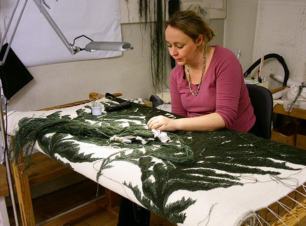 Anna Eriksson arbetar med en del av en ridå till Tandvårdshögskolan i Malmö. Konstnär Ann Böttcher. Foto: HV-Ateljé.