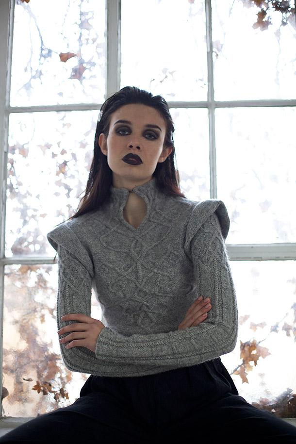 Handstickad tröja i gråull. Foto: Phoebe Cheong