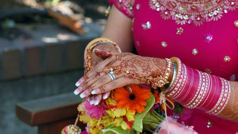 En indisk kvinnas händer med mönster av henna.