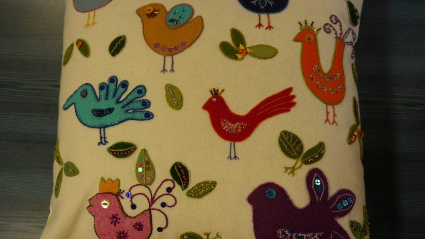 Kudde med fåglar i olika färger