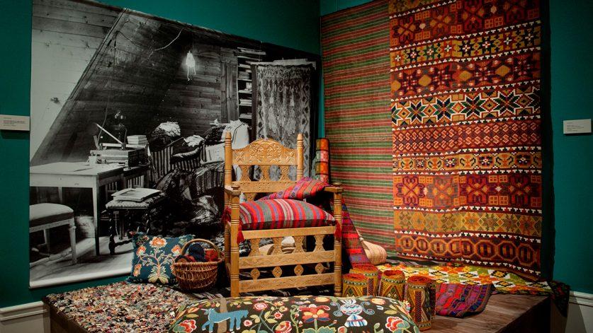 Bild från utställning med äldre textilier.