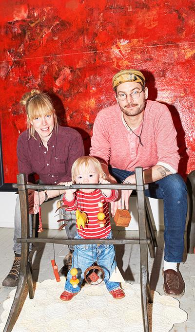 Hanna och Stefan sitter med ett barn och babygym i mitten