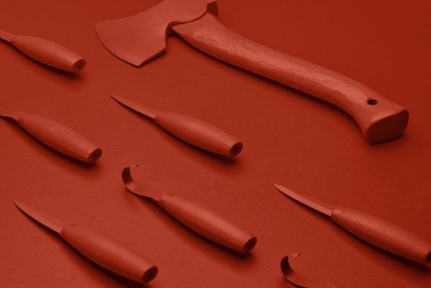 monokrom röd bild med yxa och kniv