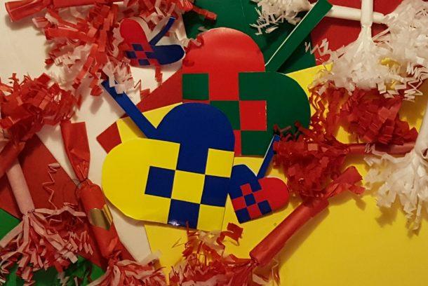 Julpyssel med flätade hjärtan och små smällkarameller