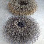 Två av Isabelle Hällsjös tredimensionella skapelser i lin och koppartråd