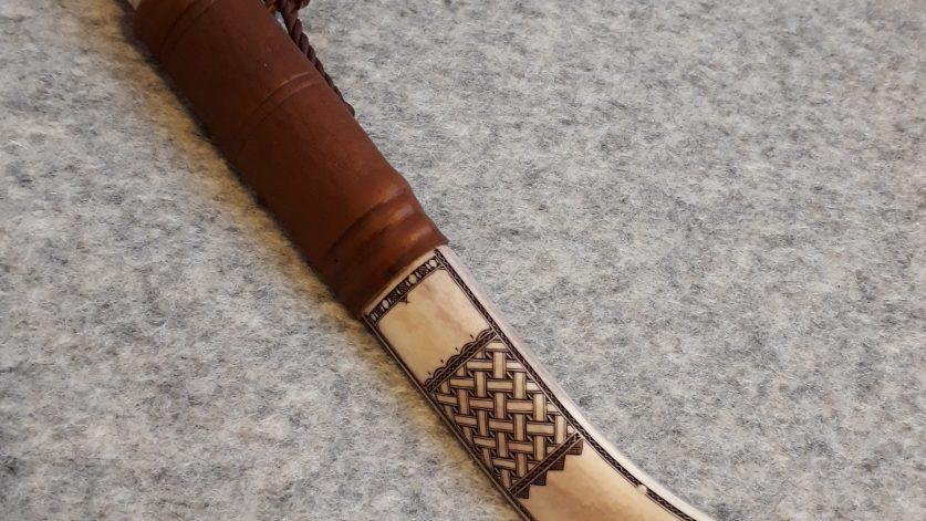 Kniv i horn av Nils Johan Labba