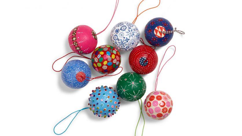 Bild på färgglada julgranskulor att hänga i julgranen