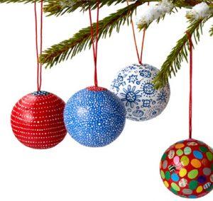 Julgranskulor hänger i julgran