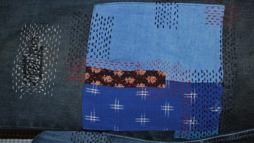 Lagning på jeans i tekniken sashiko.