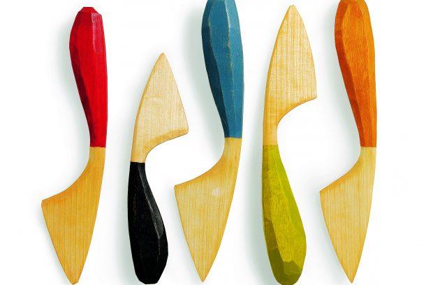Färgglada smörknivar i trä