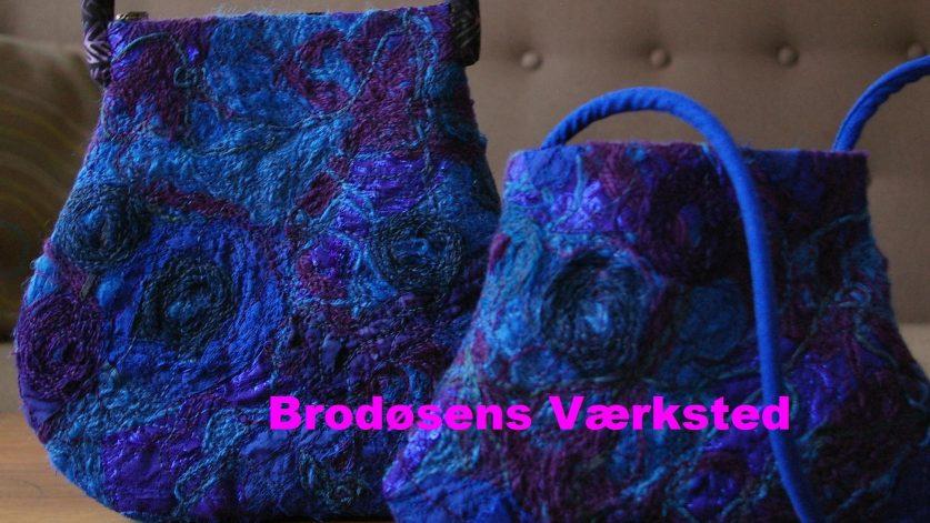 Två maskinbroderade handväskor i intensiv blå och lila nyans.
