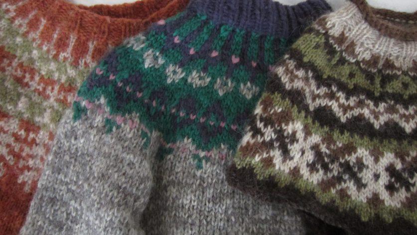 Tre mönstrade ulltröjor