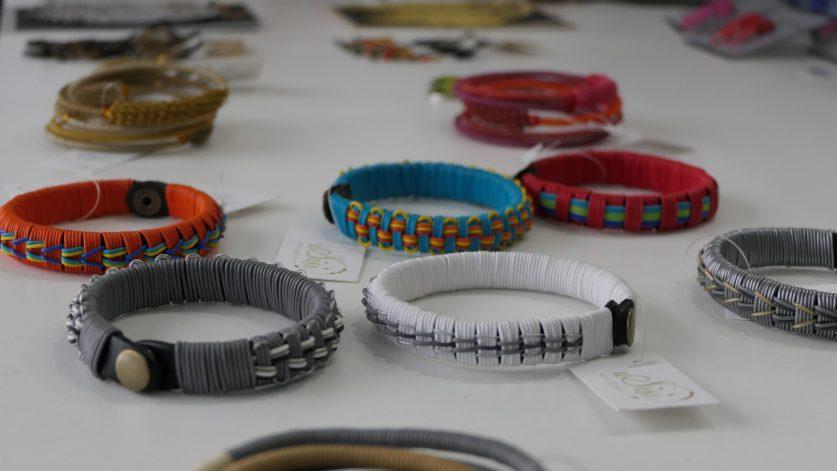Flera armband i återvunnet material som plast och ståltråd.