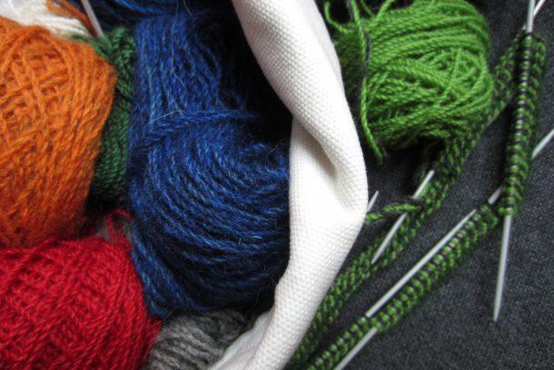 Garnnystan i orange, rött, blått och grönt