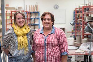 Krukmakargesällerna Michelle Reeve och Maria Englund poserar i verkstad.