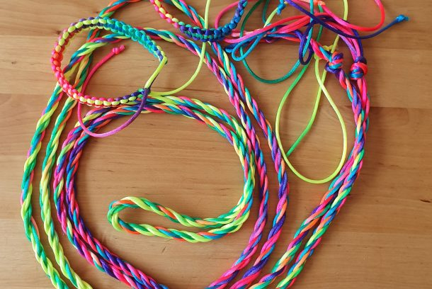 Makraméarmband och hopprep med regnbågsgarn