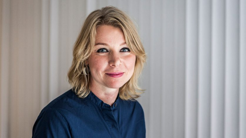 Anna Åhlin Orwin i mörkblå jeansskjorta mot ljus bakgrund.