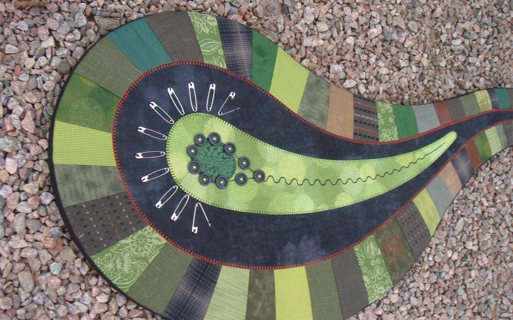 Löv skapat för Hemslöjdens 100-årsjubileum på Liljevalchs. Lövet, i gröna toner, består av tygrester och gamla symaskinsnålar.