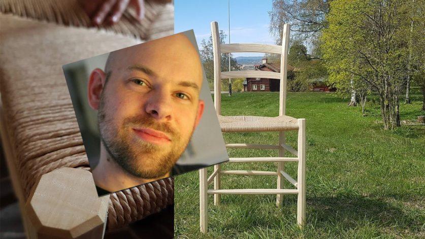 Fredrik Svensson och en av hans stolar på en grön äng.
