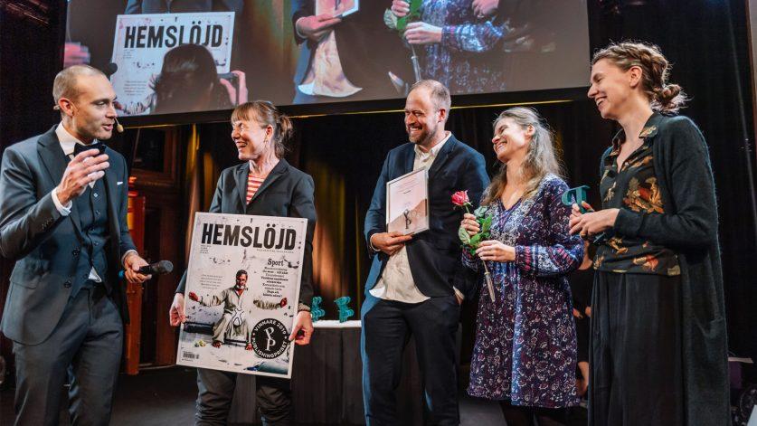 Tidningen Hemslöjds redaktion tar emot Publishingpriset av Jesper Rönndahl på scen!