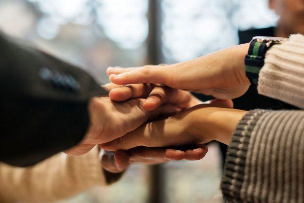 Händer som symboliserar gemenskap