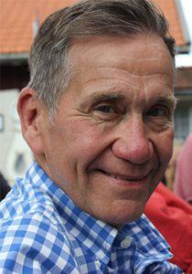 Tillförordnad verksamhetschef Håkan Liby i blå- och vitrutig skjorta.