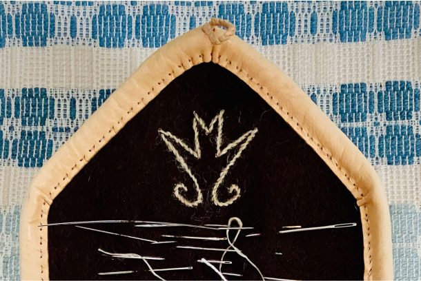 Nålbrev i skinn och kläde med broderat bomärke