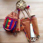 Samiskt gehäng med solkors, nålhus, kniv m.m.