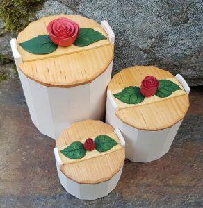 Tre snidade krympburkar med rosenknoppar.