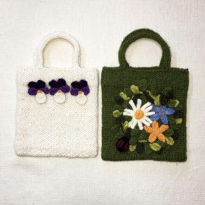 stickade och dekorerade väskor