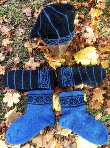 Stickade strumpor, vantar och basker. Av Karin Kahnlund.