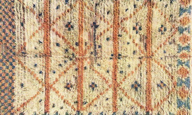 yamatta med vit botten korsande linjer i orange samt detaljer som plus eller kors mönster i blått