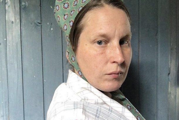 Kvinna med spethätta sedd framifrån
