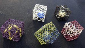 Knypplade kuber i metalltråd