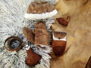 Mössa, handskar, fäll, skinn m.m. av garvargesäll Karl Karlsson