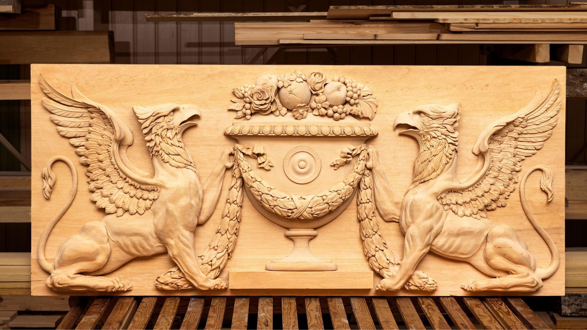Panagiotis Mamakos gesällprov är ett ornament till Gunnebo Slott föreställande två gripar och en urna.